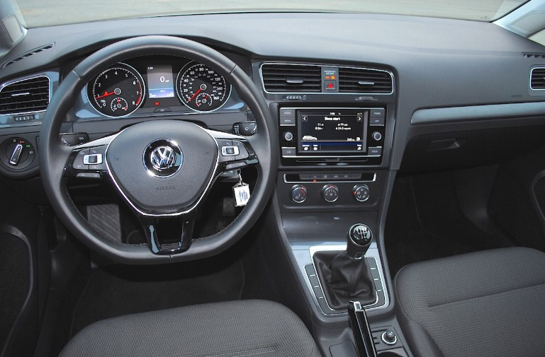 2018 Volkswagen Golf SE Manual Interior 2021 Volkswagen Golf SE Manual Review, Specs, Engine, & Performance